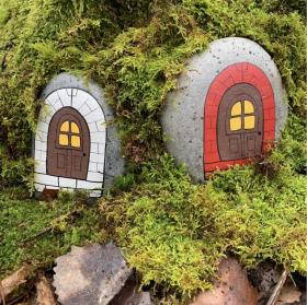 Sten med rödmålad dörr