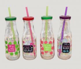 Drickflaska i glas med sugrör