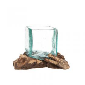 Handgjord glasskål på trädrot