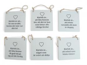 Träskylt med text -kärlek är...